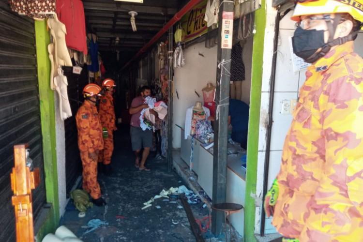 Comerciantes retiram produtos após incêndio que atingiu o Casarão dos Fabricantes neste sábado, 5 (Foto: Barbara Moira / O POVO)
