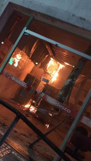 Suspeitos trabalhavam para empresa de transportadora de valores e haviam iniciado incêndio para simular ação criminosa na tentativa de