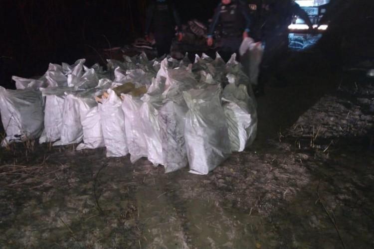 Caminhão tinha cerca de 15 pacotes de droga prensada (Foto: Divulgação/SSPDS)