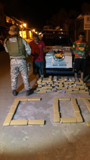 Polícia encontrou mais de 137 quilos de maconha em ônibus clandestino na cidade de Milagres. Foto:  Ascom/SSPDS (Foto: Foto: Ascom/SSPDS)
