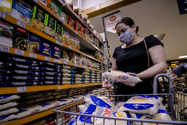 FORTALEZA, CE, BRASIL, 08.09.2020: Inflação dos alimentos em Fortaleza. Houve um aumento de 71%. Fotografar parte de arroz, feijão, laranja e hortifruti.. em época de COVID-19.  (Foto: Aurelio Alves/ O POVO)