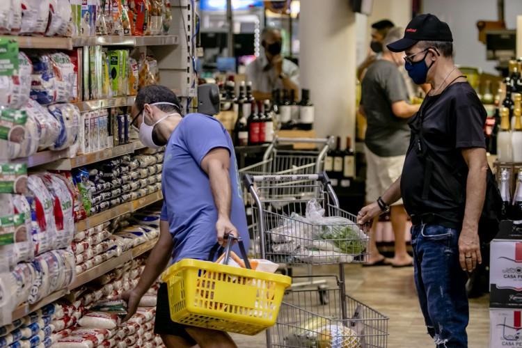 Preço de um mesmo alimentopode variar 436% entre supermercados da Capital aponta pesquisa feita pelo Departamento Municipal de Proteção e Defesa dos Direitos do Consumidor (Procon Fortaleza); Saiba como economizar (Foto: Aurelio Alves/ O POVO)