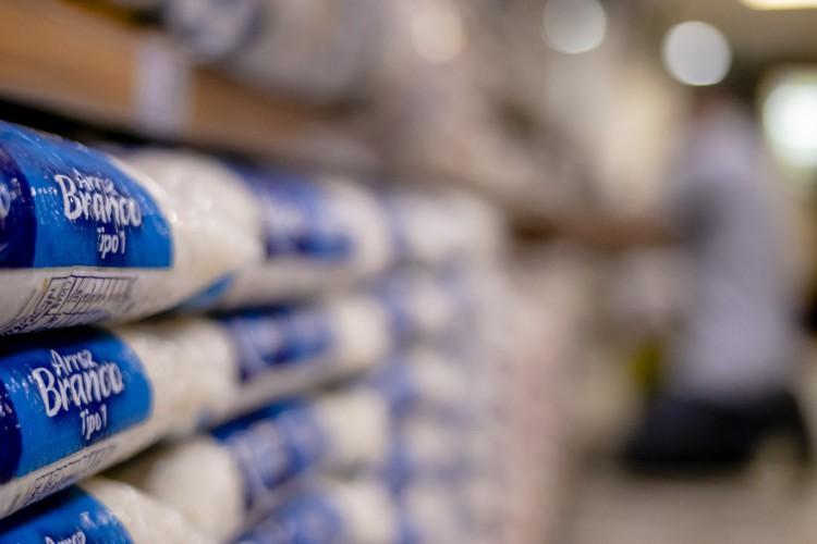 FORTALEZA, CE, BRASIL, 08.09.2020: Inflação dos alimentos em Fortaleza. Houve um aumento de 71%. Fotografar parte de arroz, feijão, laranja e hortifruti.. em época de COVID-19.  (Foto: Aurelio Alves/ O POVO). (Foto: Aurelio Alves/ O POVO)