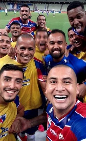 Depois de gol de pênalti, Wellington Paulista tirou selfie para comemorar