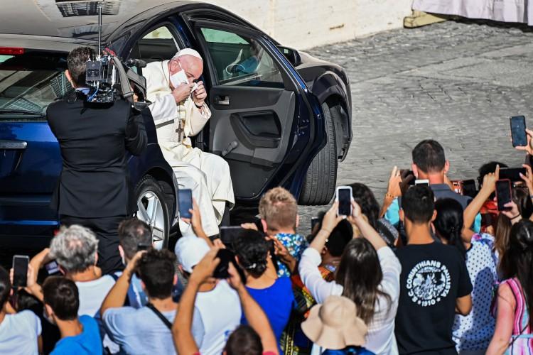 O Papa Francisco tira a máscara ao chegar de carro para uma audiência pública limitada no pátio de San Damaso no Vaticano em 9 de setembro de 2020 durante a infecção Covid-19 (Foto: AFP)