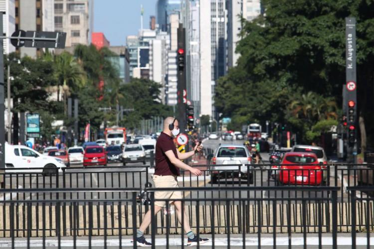 Pedestre usa máscara de proteção contra covid-19 na avenida Paulista. (Foto: Rovena Rosa/Agência Brasil)