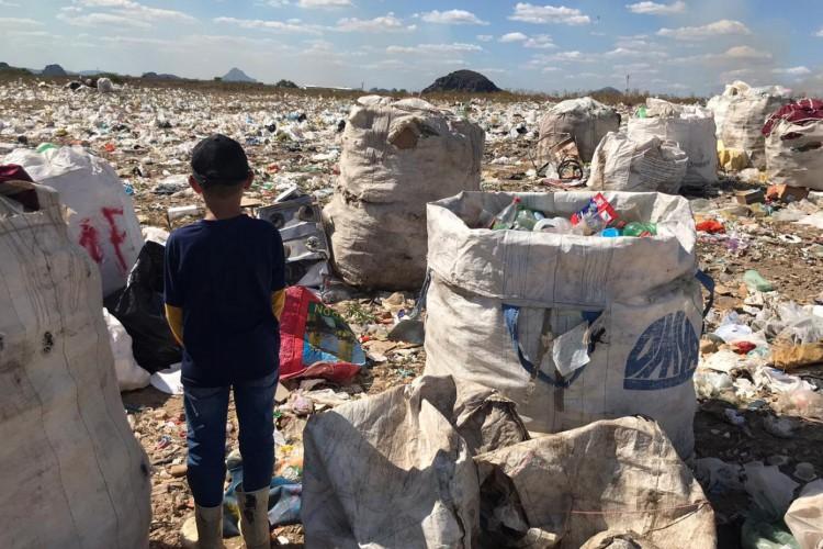 Nessa terça-feira, 8, uma criança de nove anos foi encontrada trabalhando em lixão em Quixadá  (Foto: Divulgação/Fiscalização do Trabalho no Ceará)