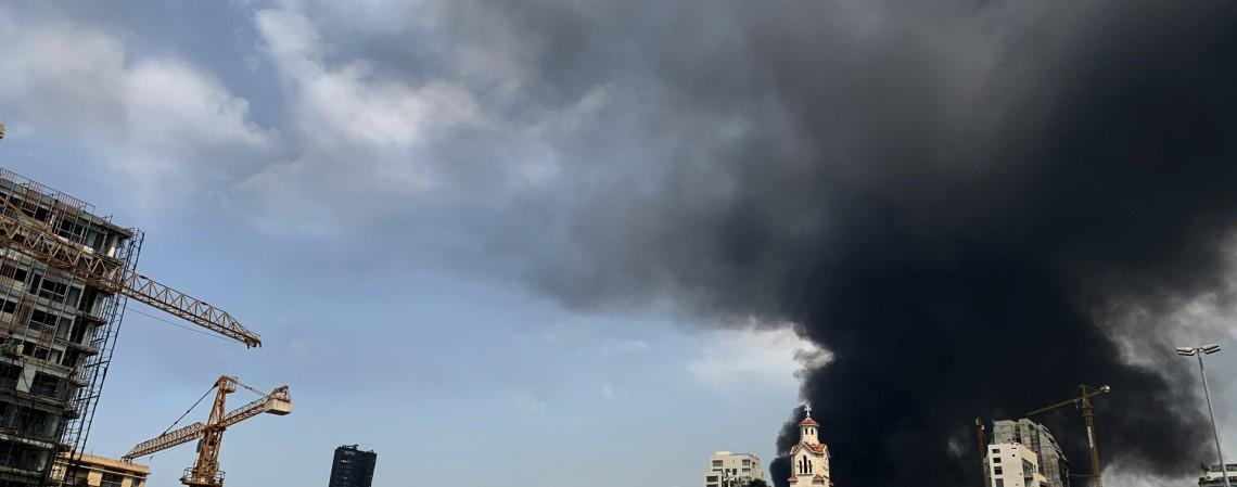 Fumaça de um grande incêndio no porto de Beirute em 10 de setembro de 2020 (Foto: AFP)