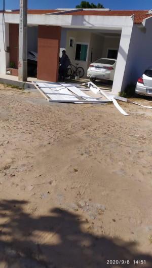 Mulher utilizou o carro para colidir com o portão e contra as vítimas em Guaraciaba do Norte  (Foto: via WhatsApp O POVO )