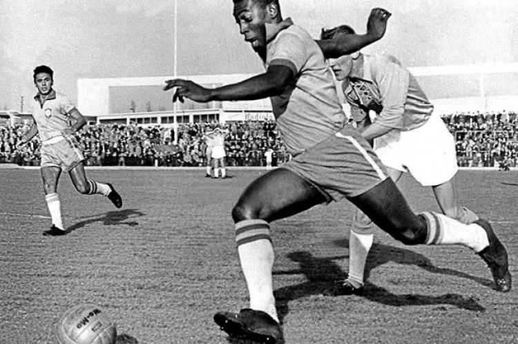Pelé driblando um zagueiro durante Malmö-Brasil 1-7 (Pelé marcou 2 gols) no estádio da cidade de Malmö