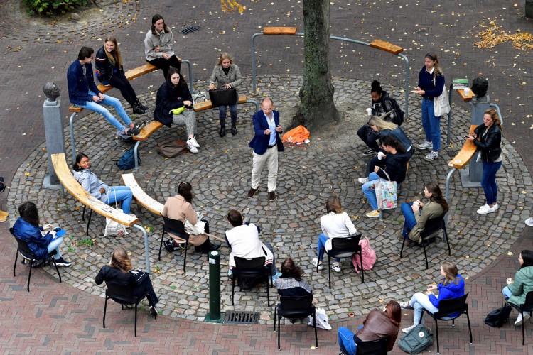O professor holandês Edward Nieuwenhuis, da Roosevelt College University, dá uma introdução científica ao vivo para 25 alunos do lado de fora, em uma praça no centro histórico de Middelburg, na Holanda (Foto: AFP)