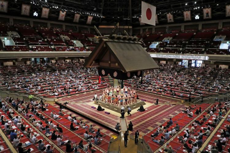Espectadores observando o distanciamento social enquanto assistiam a uma cerimônia antes das lutas durante um torneio de sumô no Ryogoku Kokugikan, a principal arena de sumô em Tóquio. Em 19 de julho de 2020 (Foto: AFP)