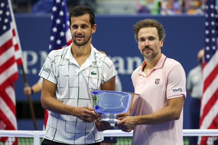 Mate Pavic (esquerda) e Bruno Soares (direita) pousam com troféu do US Open de duplas (Foto: AL BELLO / GETTY IMAGES NORTH AMERICA / Getty Images via AFP)