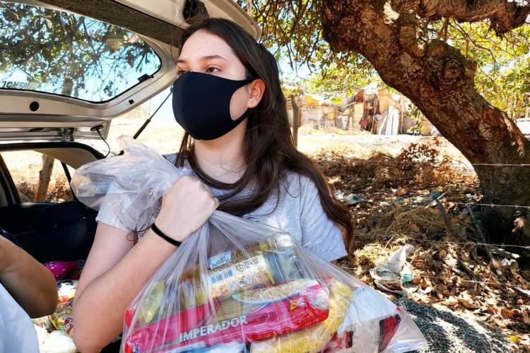A repórter do O POVO, Lígia Grillo, realizou campanha solidária para comemorar seu aniversário de 21 anos (Foto: Arquivo pessoal.)