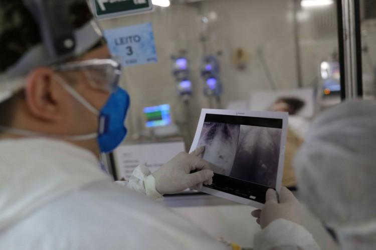 O chefe do médico da UTI, Everton Padilha Gomes, examina uma radiografia de tórax de um paciente em um hospital de campo criado para tratar pacientes que sofrem da doença por coronavírus (COVID-19) em Guarulhos, São Paulo (Foto: REUTERS / Amanda Perobelli)