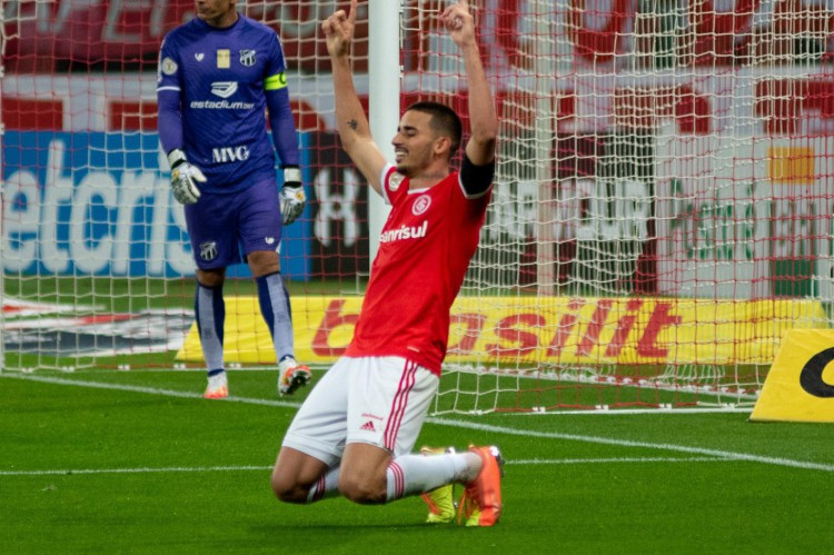 Thiago Galhardo comemora, enquanto Fernando Prass lamenta ao fundo (Foto: RODRIGO ZIEBELL / AE)