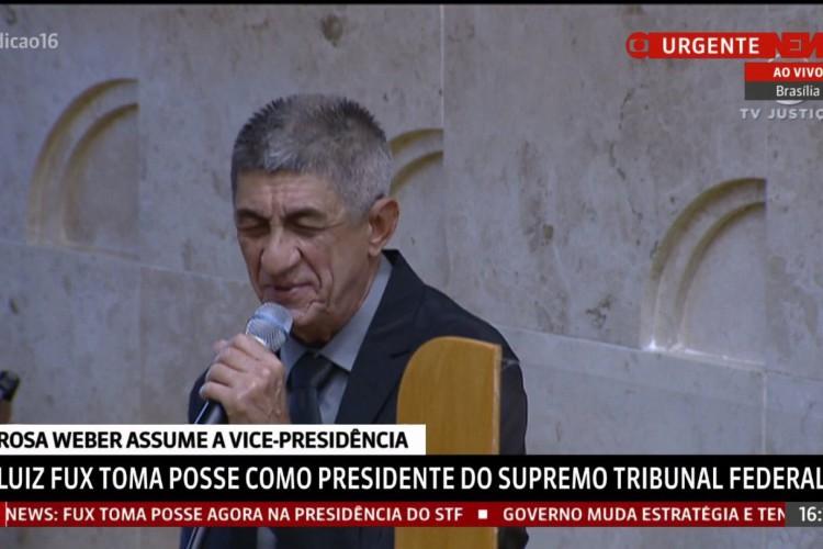Fagner cantando o Hino Nacional na posse de Fux (Foto: GloboNews/ Reprodução)