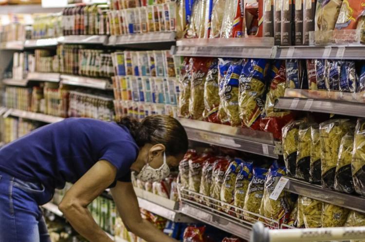 Benefício no valor de R$ 200 será pago para cerca de 150 mil trabalhadores autônomos no Ceará e tem como foco auxiliar na compra de alimentos da Cesta Básica (Foto: Thais Mesquita)