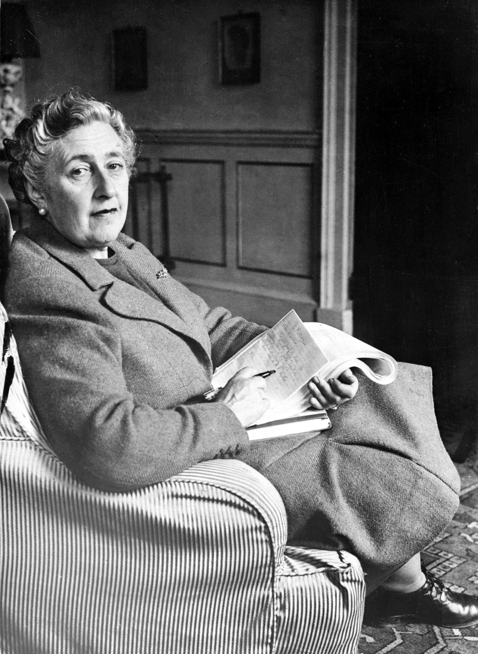 Foto tirada em março de 1946 mostra a escritora inglesa Agatha Christie, em sua casa, Greenway House, em Devonshire (Foto: AFP)