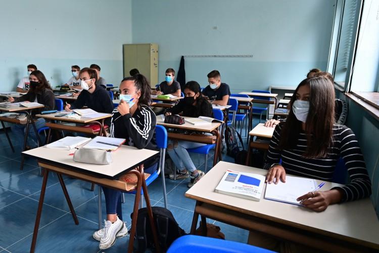 Alunos usando máscara protetora participam de cursos de recuperação na Escola Secundária Alessandro Volta em 7 de setembro de 2020 em Milão (Foto: AFP)