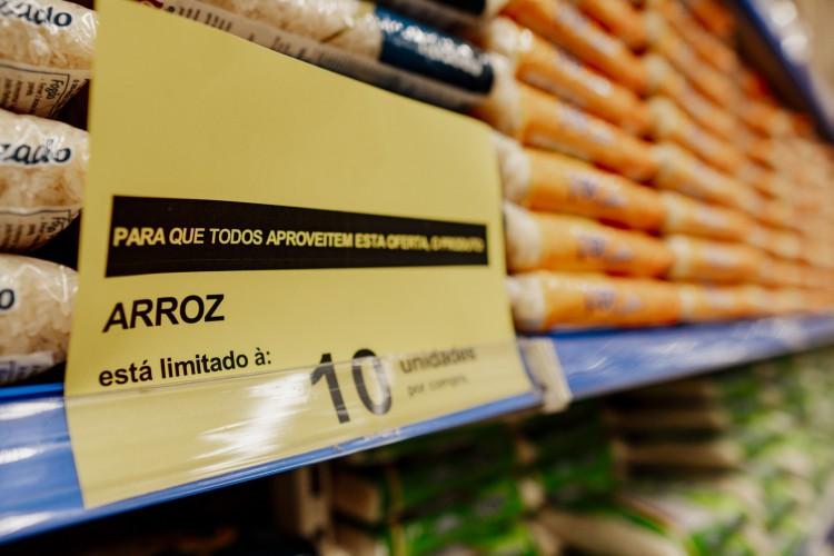 Segundo o Procon, em Fortaleza, o pacote do arroz saltou de R$ 3,79 para R$ 5,79, , em menos de 30 dias. A Regional I e Centro lideram a alta (Foto: JÚLIO CAESAR)