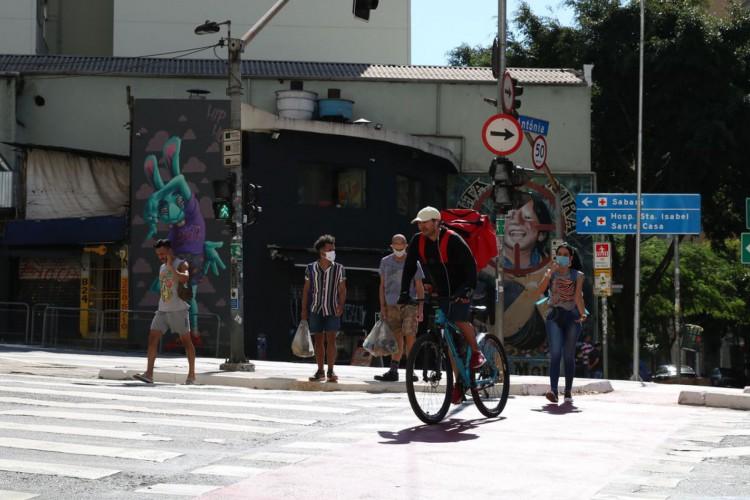 Pedestres usam máscaras de proteção contra covid-19 na rua da Consolação (Foto: Rovena Rosa/Agência Brasil)