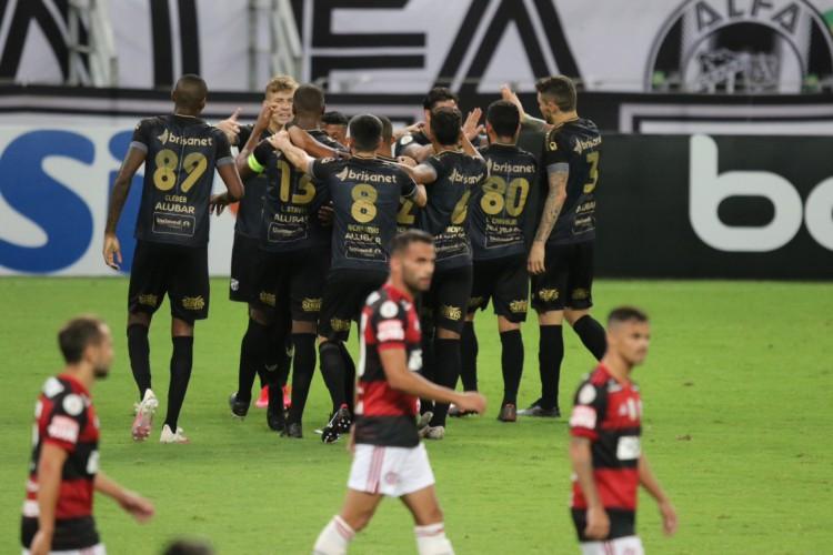 Jogadores do Ceará comemoram um dos gols da equipe na vitória sobre o Flamengo (Foto:Fabio Lima/O POVO) (Foto: Fabio Lima)