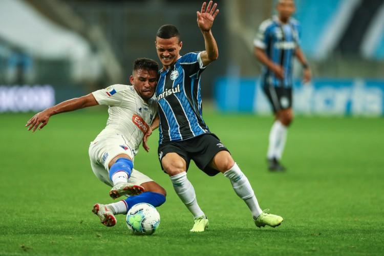 Ronald, volante do Fortaleza, disputa bola com Everton, do Grêmio. Empate entre os tricolores garante permanência do Fortaleza na primeira parte da tabela da Série A (Foto: Lucas Uebel/Gremio FBPA)