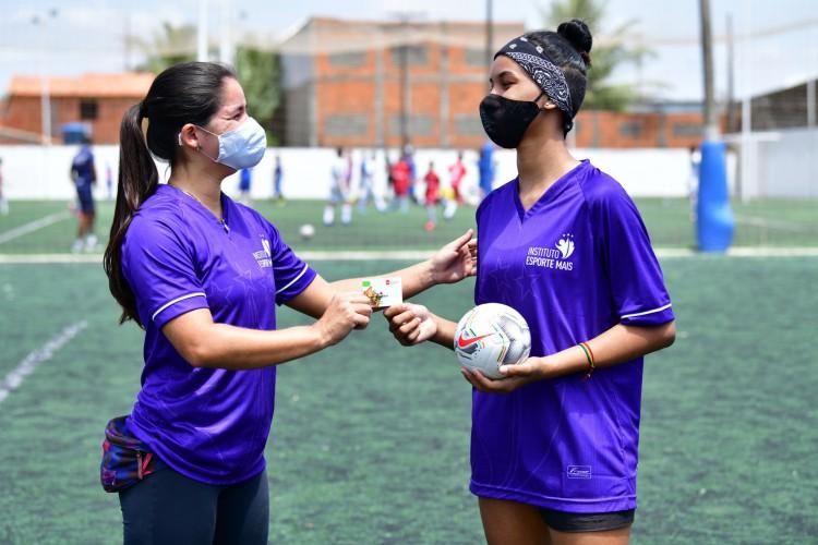 Ação do Instituto Esporte Mais beneficiará 1 mil famílias de Fortaleza com bolas e cartões-alimentação (Foto: KELY PEREIRA/ Divulgação/ IEMais)