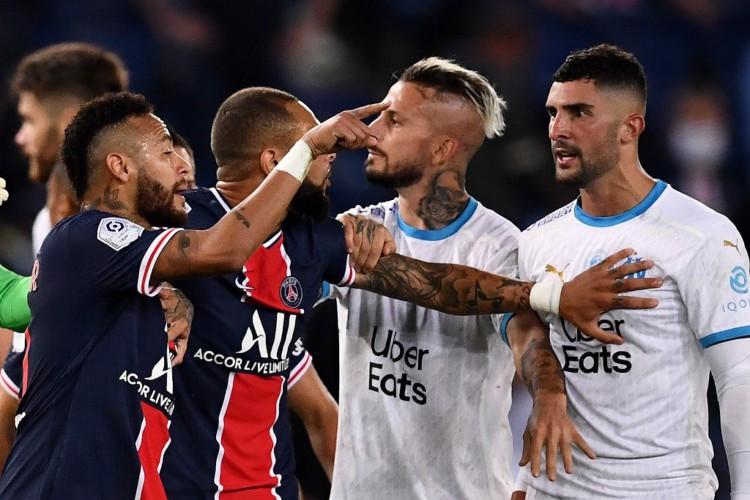 Neymar (esquerda) aponta para Álvaro (direita). Craque afirma ter sofrido injúria racial do jogador adversário (Foto: FRANCK FIFE / AFP)
