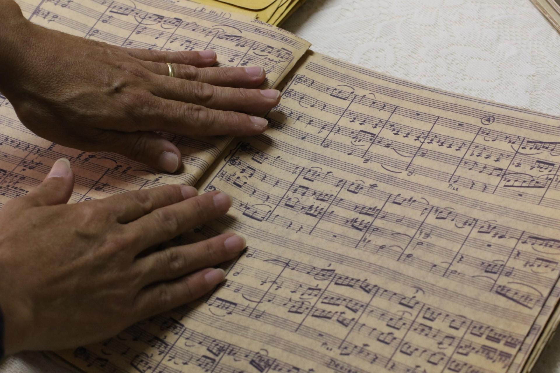 Partitura conservada do Quarteto n°3, no Conservatório de Música Alberto Nepomuceno. (Fotos: Fabio Lima/O POVO)