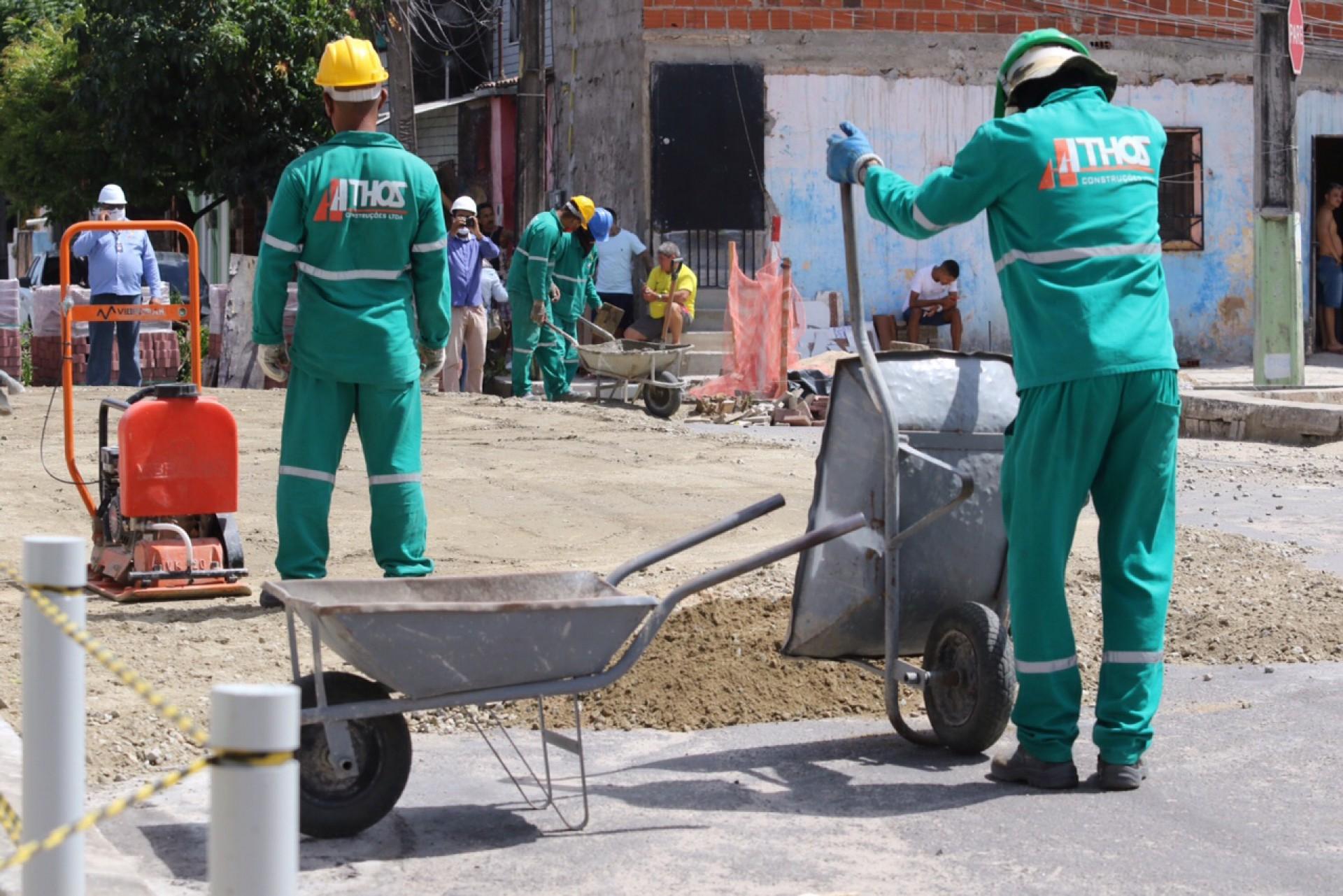 OPERÁRIOS trabalham em trecho do Parque no bairro São Gerardo, região Oeste da Capital