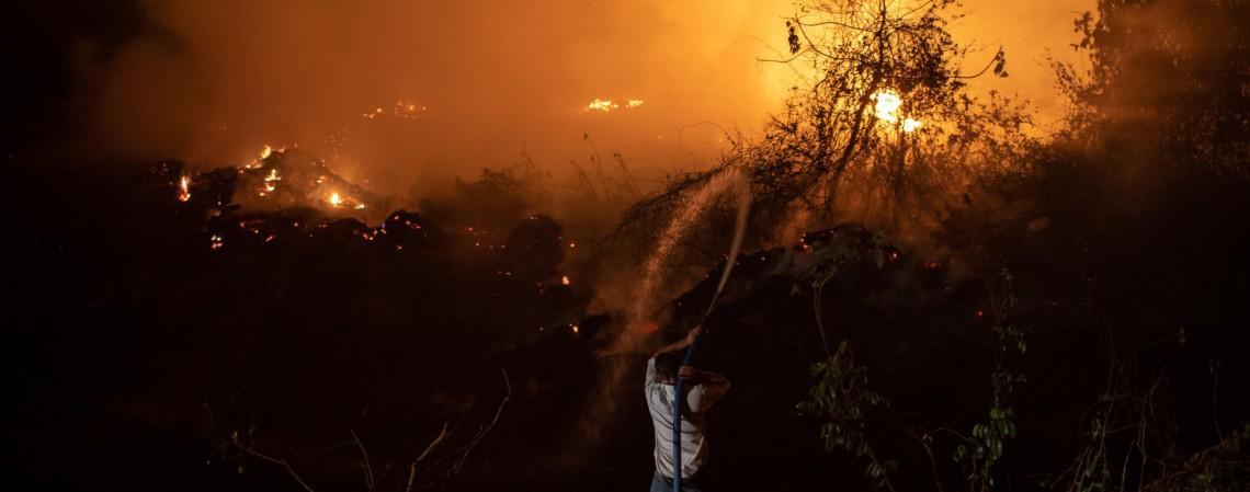 Mato Grosso em 13 de setembro de 2020. O brilho vermelho do fogo é visto no Pantanal na estrada do parque Transpantaneira. O Pantanal está sofrendo seus piores incêndios em mais de 47 anos, destruindo vastas áreas de vegetação e causando morte de animais pegos pelo fogo ou fumaça (Foto: Mauro Pimentel / AFP)