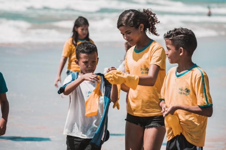 A limpeza da Praia do Futuro, nesta quarta-feira, 16, foi realizada pelo Instituto Povos do Mar dentro da Campanha Mares Limpos do Programa das Nações Unidas para o Meio Ambiente (Pnuma) (Foto: DIVULGAÇÃO IPOM)