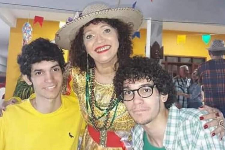 Sandra e os dois filhos gêmeos, Samuel e Ismael