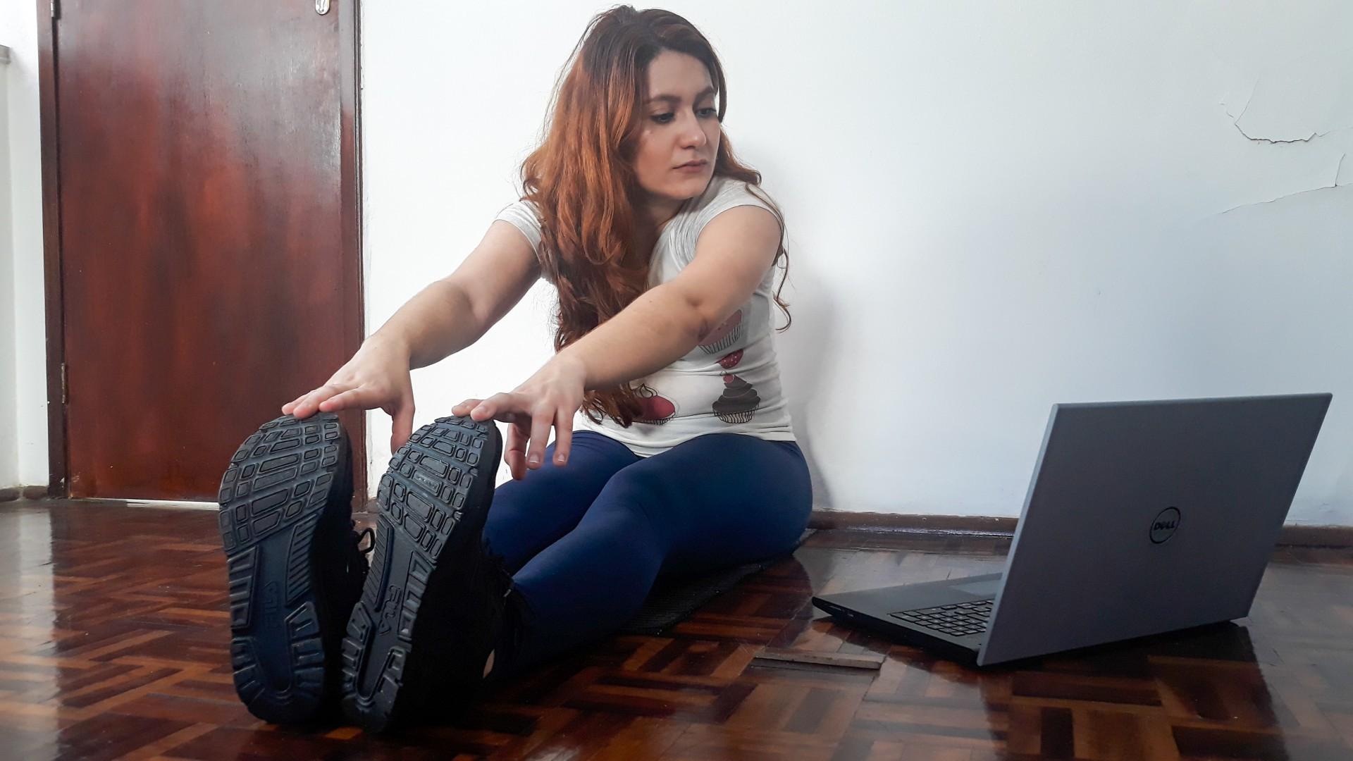 FORTALEZA, CE, 18-09-2020: Como driblar a ansiedade originada oela pandemia? Karla Pineiro, 24 anos que e estudante de medicina e passou a sentir os sintomas de ansiedade na pandemia usou de atividades como a leitura, a escrita e os exercicios fisicos para conseguir lidar com a ansiedade no contexto pandemico.  Fortaleza. (BARBARA MOIRA/ O POVO)