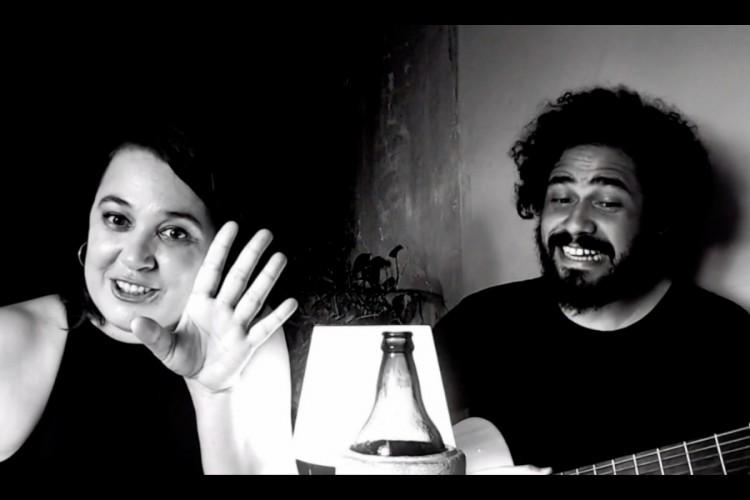 A atriz e contadora de história Paula Yemanjá e o ator e músico Zéis performam textos de literários Nelson Rodrigues no espetáculo