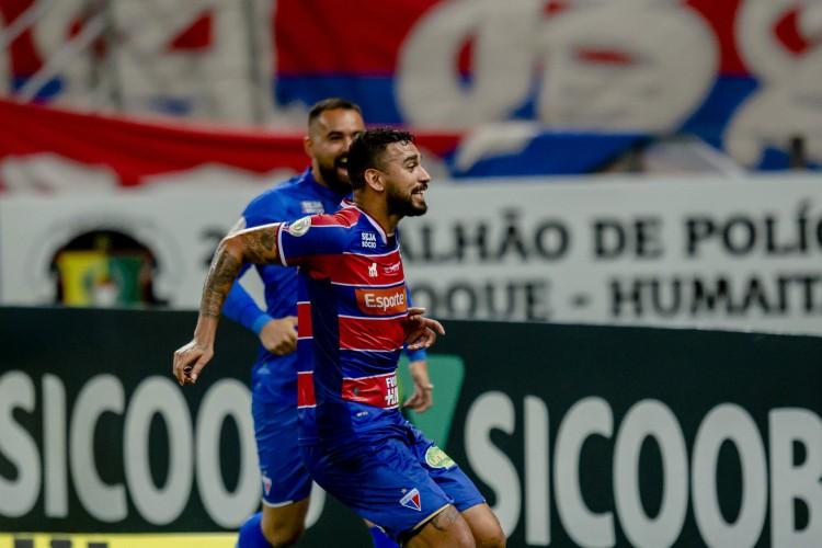 Felipe comemora gol da vitória, marcado aos 20 minutos do segundo tempo, contra o Inter (Foto: Aurelio Alves/ O POVO)