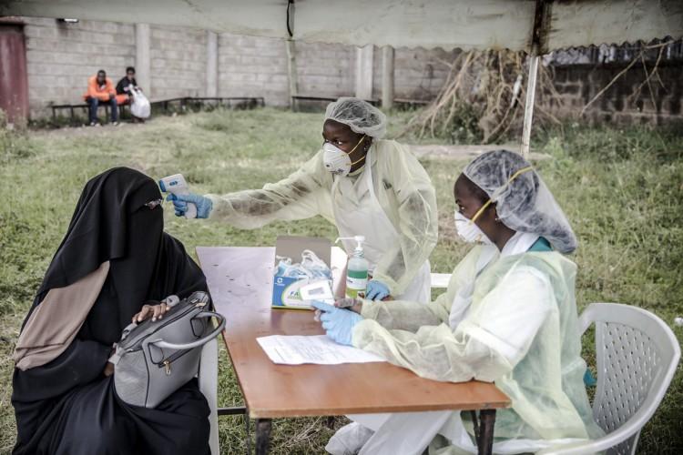 A epidemia reabriu o debate sobre os medicamentos tradicionais na África (Foto: LUIS TATO/AFP)