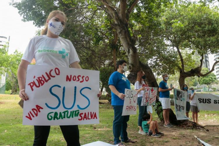 Os profissionais foram convidados a participar da iniciativa, vestidos de branco e com atenção ao distanciamento social e o uso de máscara (Foto: Bárbara Moira)