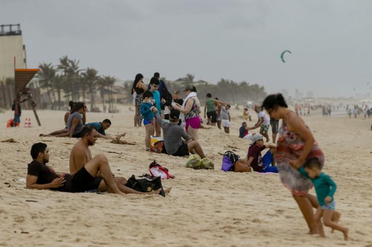 Praia do Porto das Dunas com muitas pessoas, com alguns pontos com aglomeração. em época de Covis-19