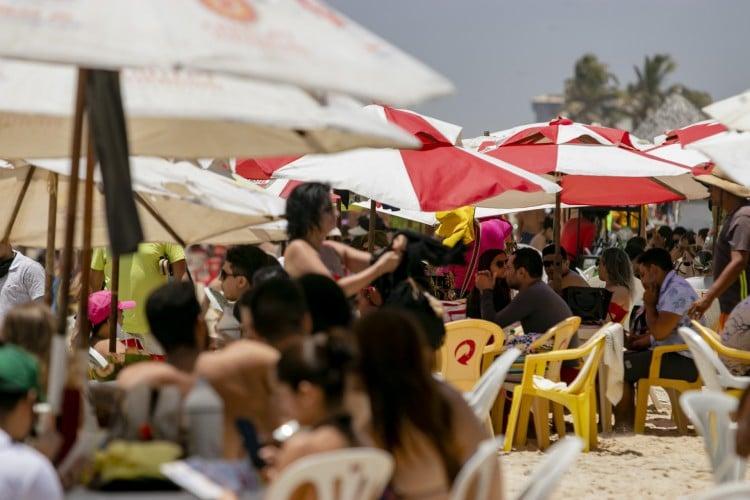 Praia do Futuro: distanciamento entre mesas desrespeitado em algumas barracas (Foto: Aurelio Alves)