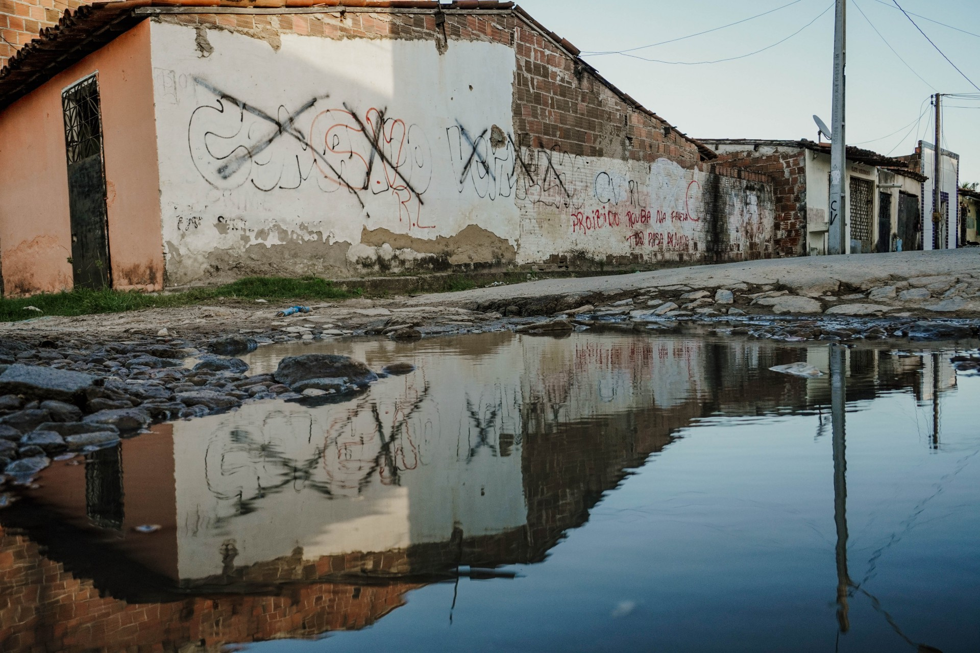 Pichações nas ruas mostram quais as facções que mandam no local (Foto: JÚLIO CAESAR)