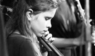 Mirian Cruz toca violoncelo desde os seis anos de idade, e é professora no projeto socio-musical Acorde Mágico