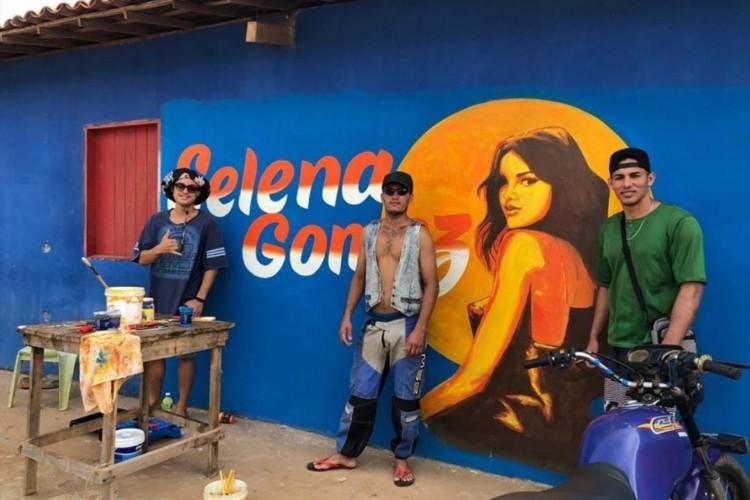 Homens que trabalham na produção de Selena Gomez preparando o local destinado à gravação do clipe (Foto: Reprodução/ Twitter)