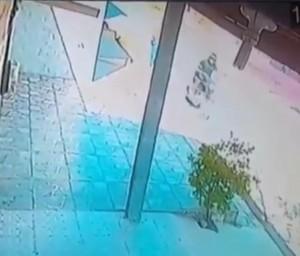 O criminoso que age em Caucaia atua em uma motocicleta e ataca mulheres na rua