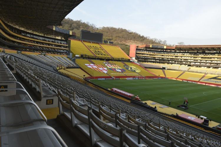 O Estádio Monumental, no Equador, recebeu treinos da equipe do Flamengo. Autoridades locais ainda deliberam interdição.  (Foto: RODRIGO BUENDIA / AFP)