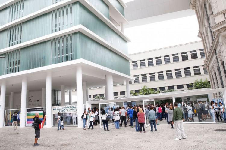 Rio de Janeiro - Professores e alunos da rede municipal de ensino participam de ato pela paz no Museu de Arte do Rio, na zona portuária da capital fluminense. (Foto: Tomaz Silva/Agência Brasil) (Foto: Tomaz Silva/Agência Brasil)
