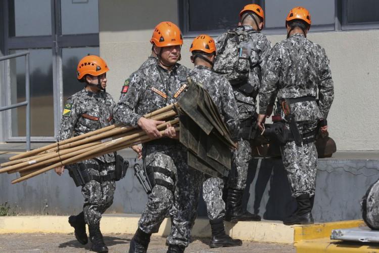 Equipes da Força Nacional, que ajudarão no combate ao incêndio na Amazônia, embarcam na  Base Aérea de Brasília (Foto: Antonio Cruz/Agência Brasil)