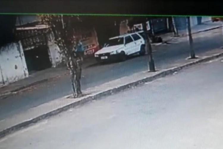 Automóvel Fiat de cor branca é usado por criminoso para atacar mulheres no Henrique Jorge, em Fortaleza  (Foto: reprodução/vídeo )